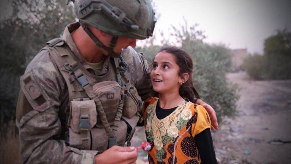 Kahraman Mehmetçik'ten Suriyelilere yardım